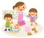 Mama mit spielenden Kindern